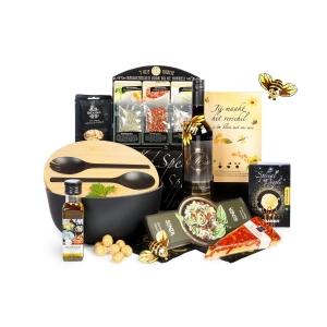 Rijkelijk gevulde kerstpakketten waarmee een goed doel gesteundt wordt